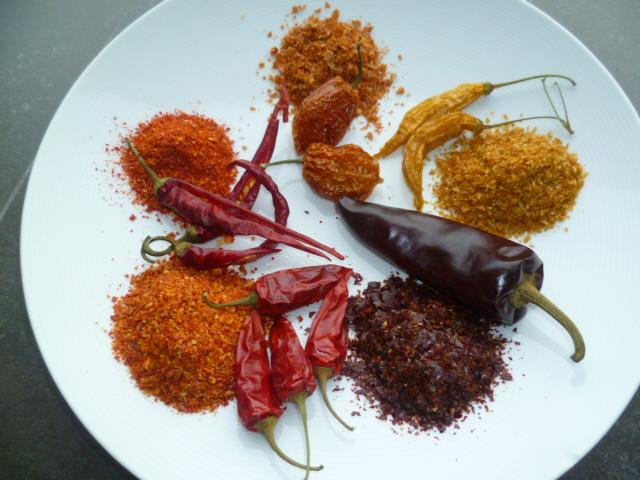 Vermalen chilipepers, van links boven en in wijzerzin: Cayenne, Orange Habanero, Hot Lemon, Espelette, Yatsufusa