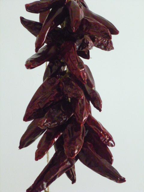 De typische ristra of slinger van Espelette pepers, gevlochten op de  traditionale wijze