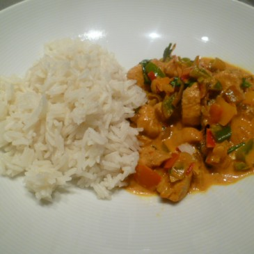 Hete (kip) curry met chilipepers en paprika's